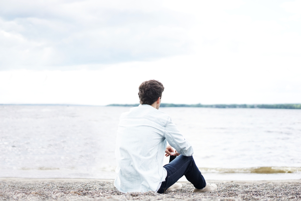 signs of an emotionally unavailable man